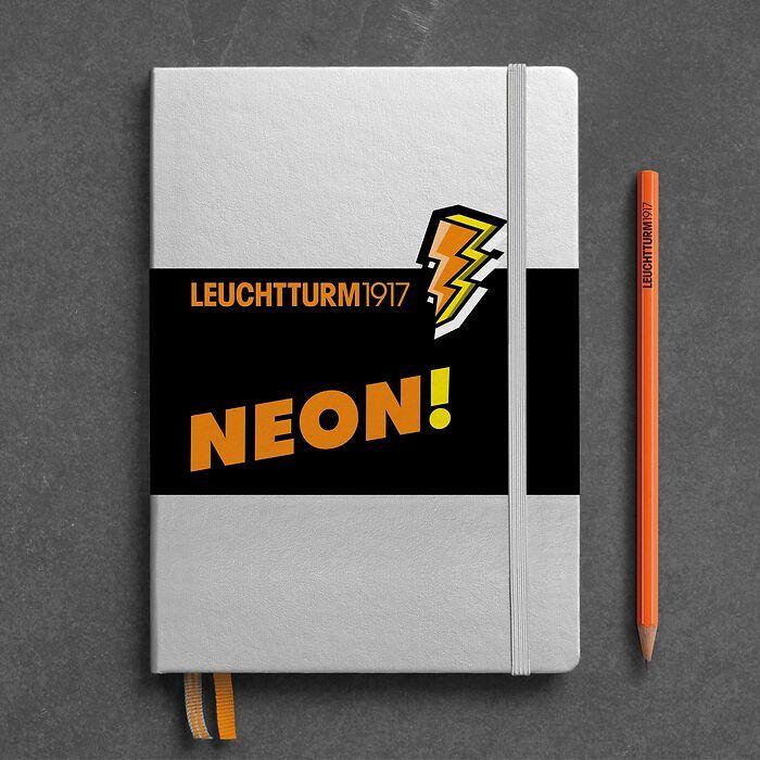 Notizbuch Medium (A5), Hardcover, 251 nummerierte Seiten, Silber & Neon Orange, dotted