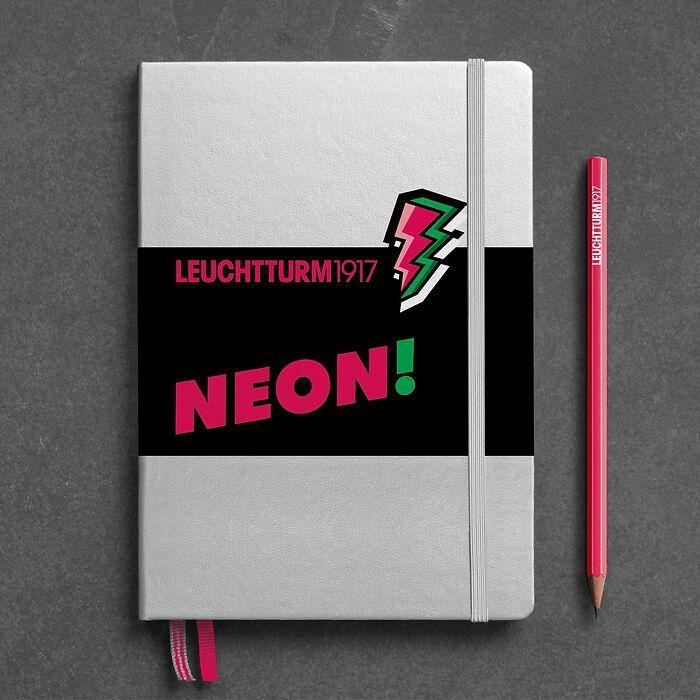 Notizbuch Medium (A5), Hardcover, 251 nummerierte Seiten, Silber & Neon Pink, dotted